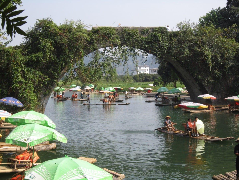 Un puente de Xiangui que cruza el río Yulong en las afueras de Yangshuo. Yangshuo China