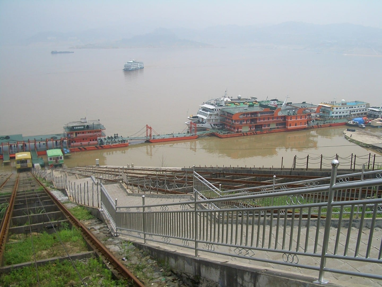 Un puerto muy concurrido en Maoping (Condado de Zigui), uno de los dos puertos del embalse de las Tres Gargantas más cercano a Yichang Yichang China