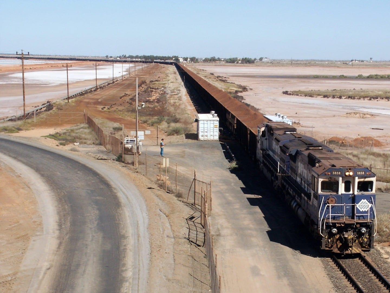 Un tren que transportaba mineral de hierro llegando a Port Hedland Port Hedland Australia