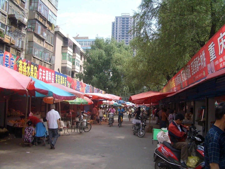 Una calle del mercado en Lanzhou, a 1 km al noreste de la estación de tren. Lanzhou China