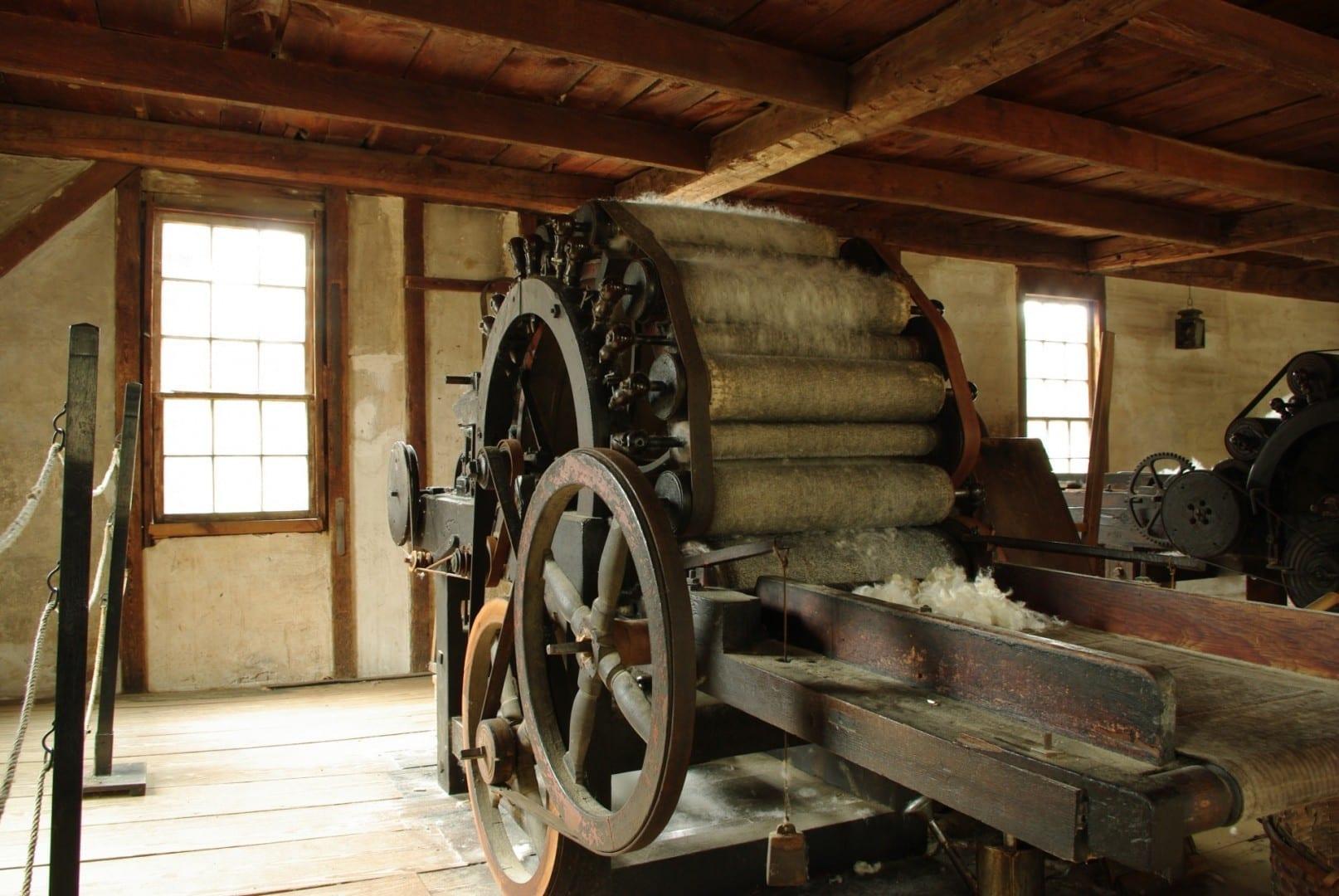 Una de las máquinas de la fábrica de cardas de Old Sturbridge Village Sturbridge MA Estados Unidos