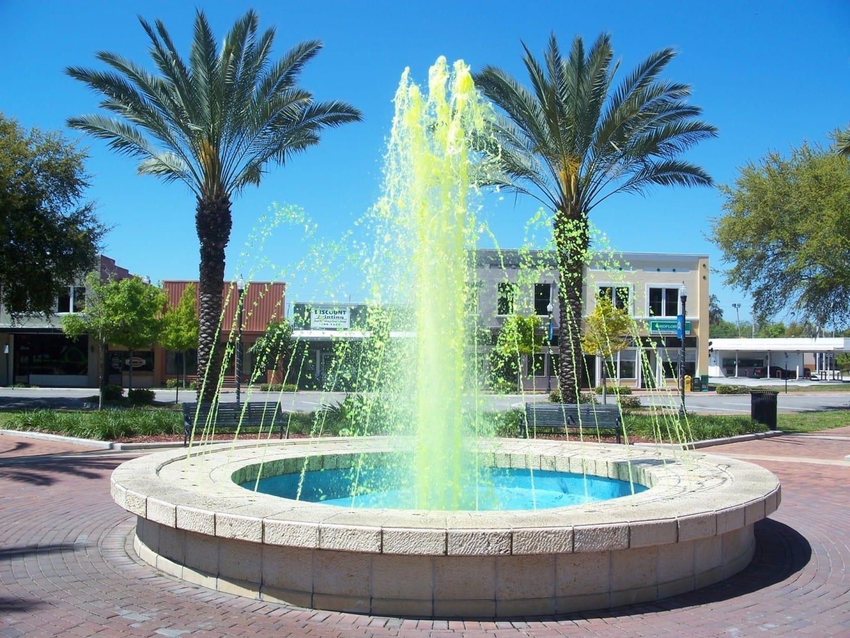 Una fuente con agua de color verde en el centro de la ciudad Winter Haven FL Estados Unidos