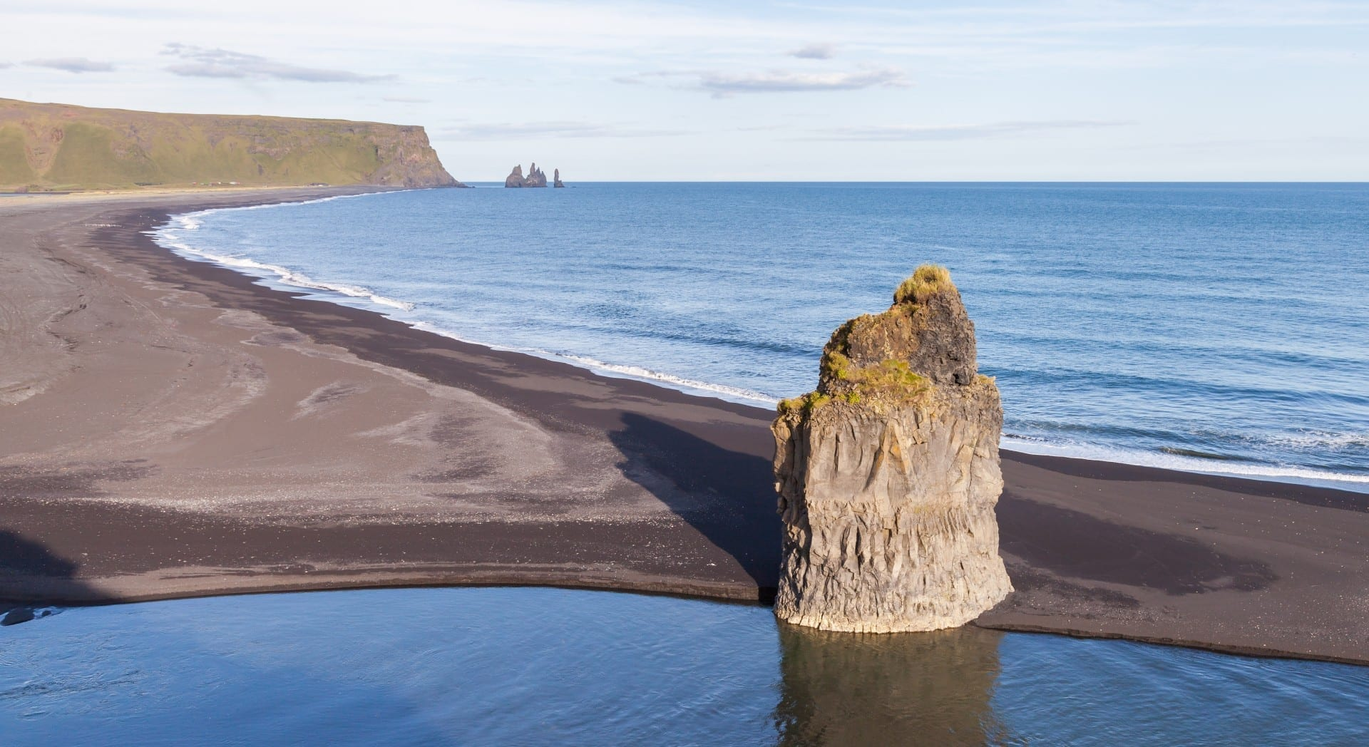 Una pila de mar de basalto en una playa de lava negra bajo Reynisfjall cerca de Vík Vík í Mýrdal Islandia