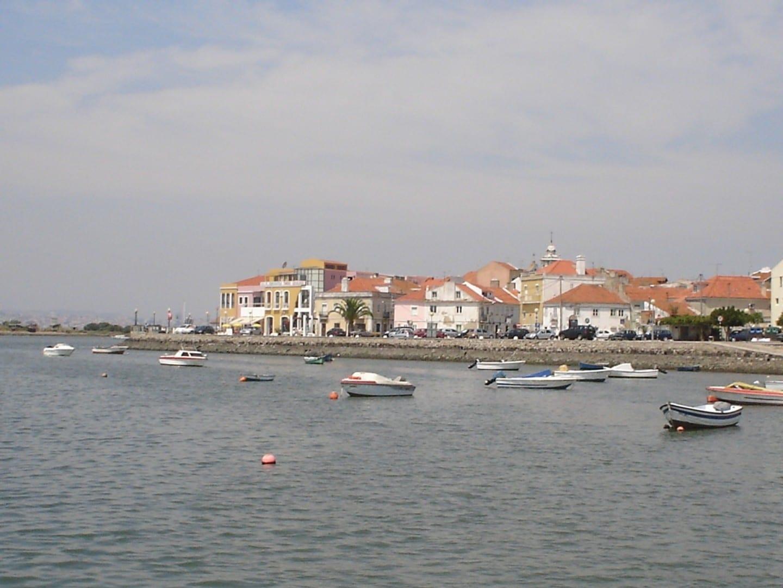 Una vista del borde de la Bahía de Seixal Seixal Portugal