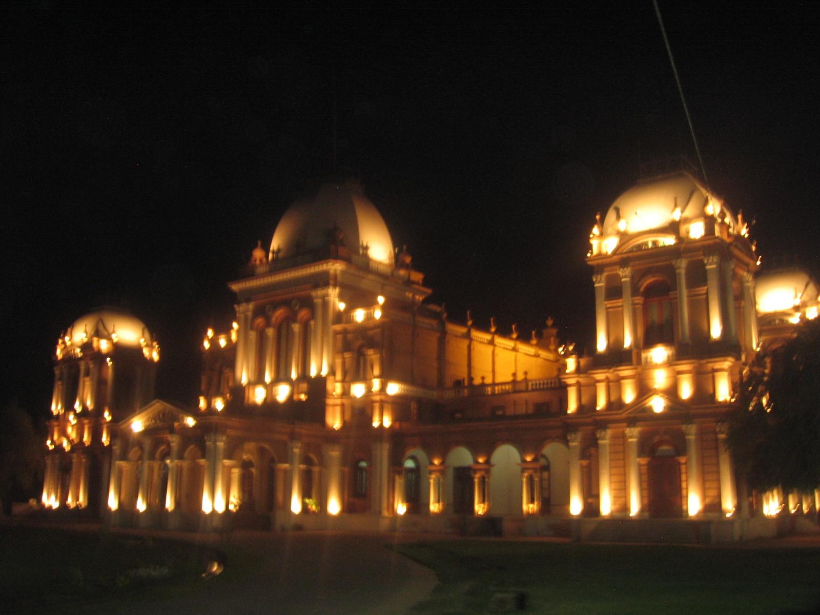 Una vista nocturna del Nur Mahal Bahawalpur Pakistán