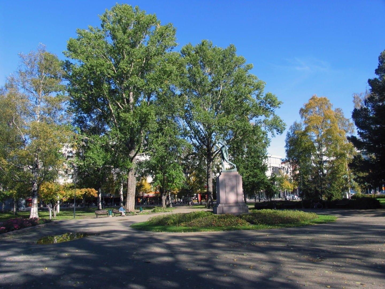 Vapaudenpuisto (Parque de la Libertad) en el centro de Joensuu Joensuu Finlandia