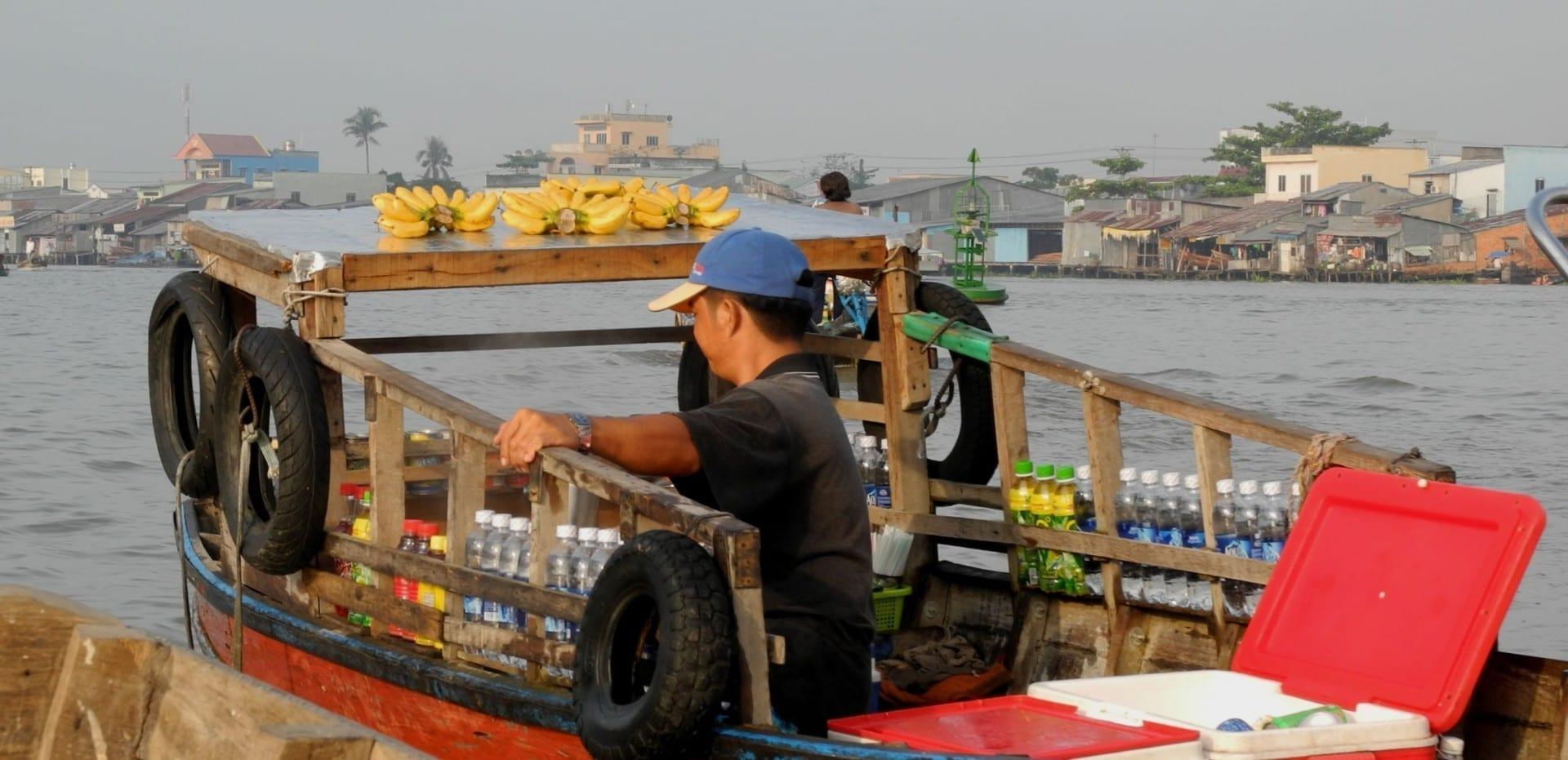 Vendedor de frutas y verduras en el Mercado Flotante Can Tho Vietnam