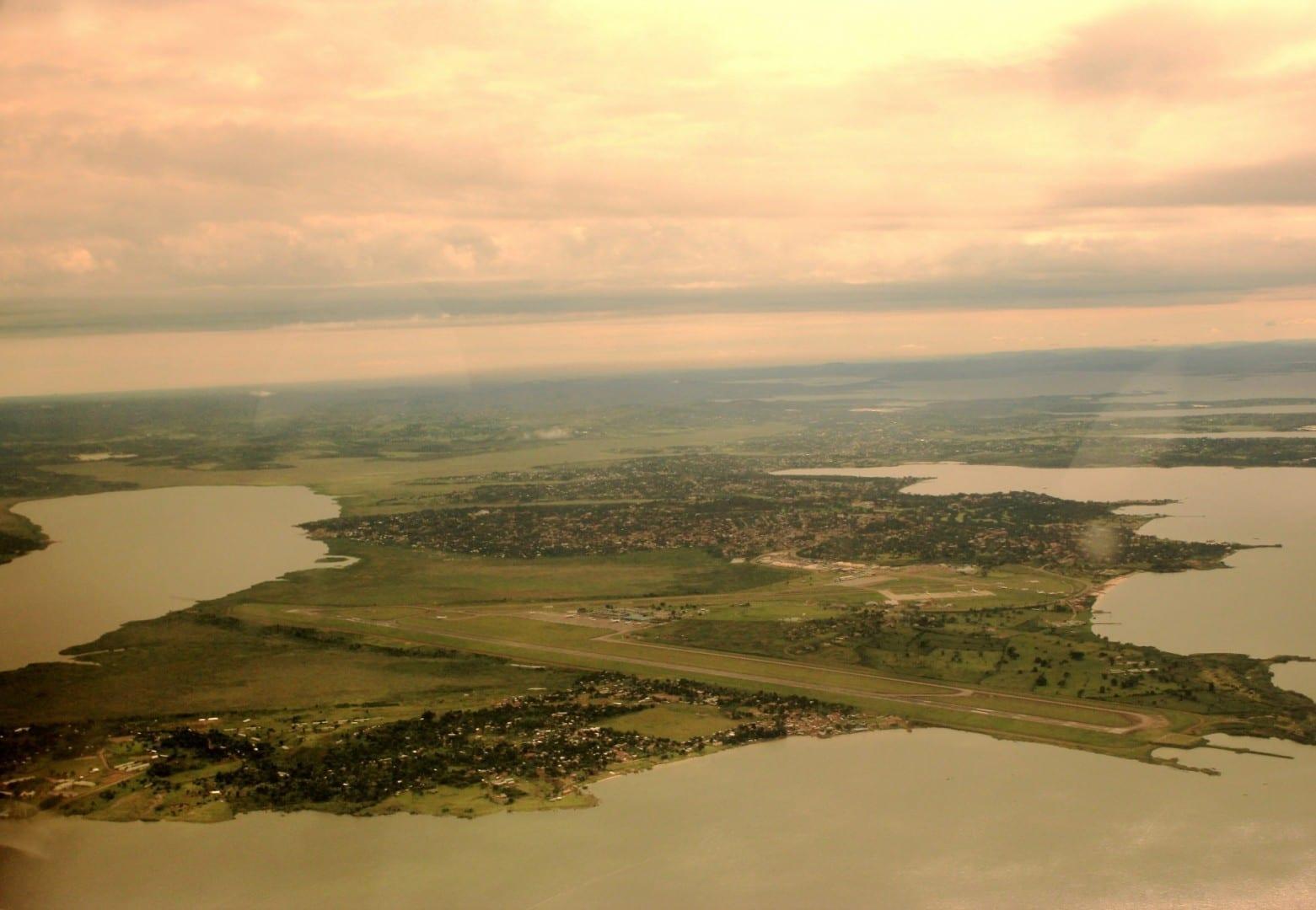 Vista aérea de Entebbe y su aeropuerto Entebbe Uganda