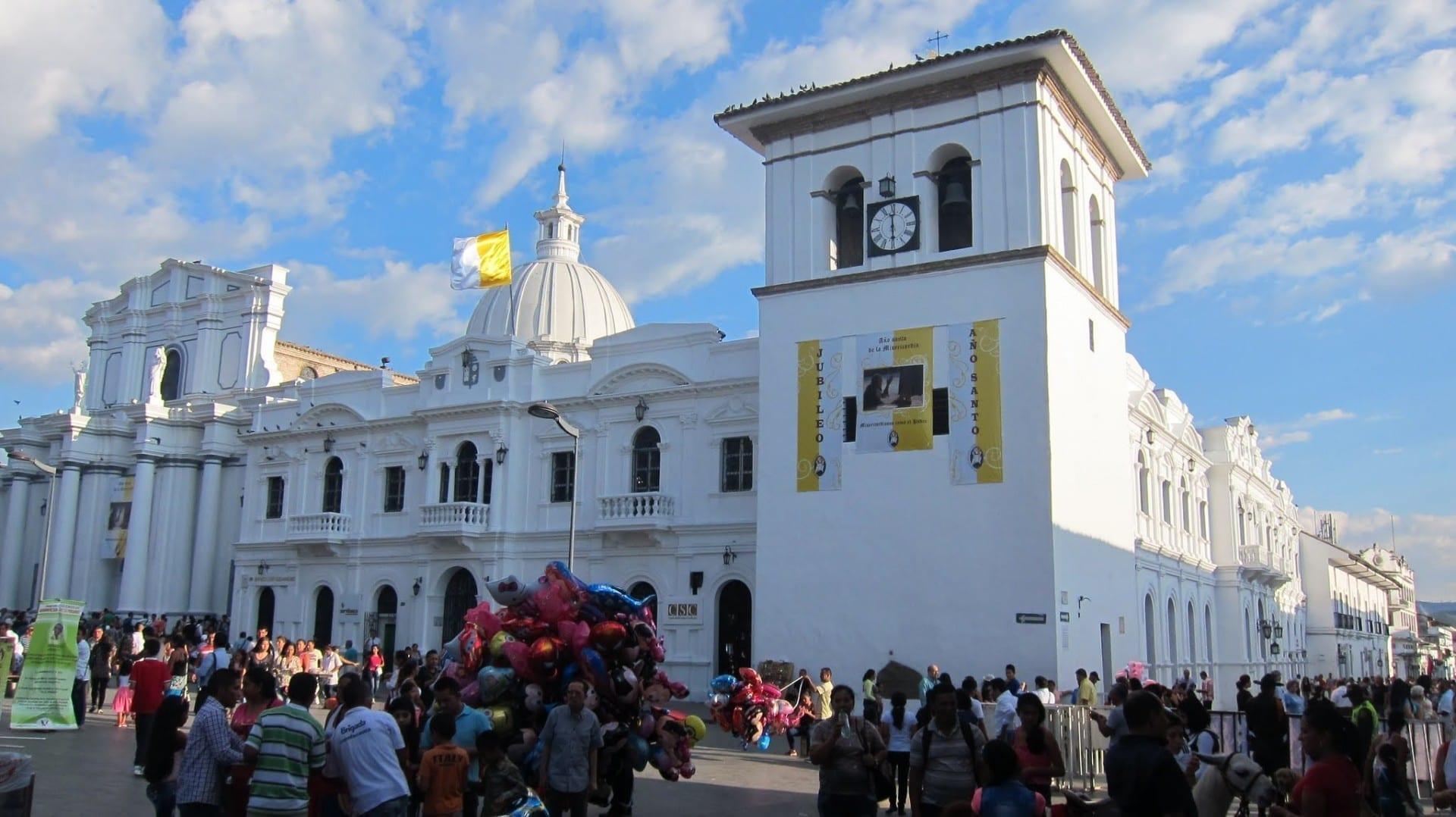 Vista de la catedral y la Torre del Reloj durante la Pascua Popayán Colombia