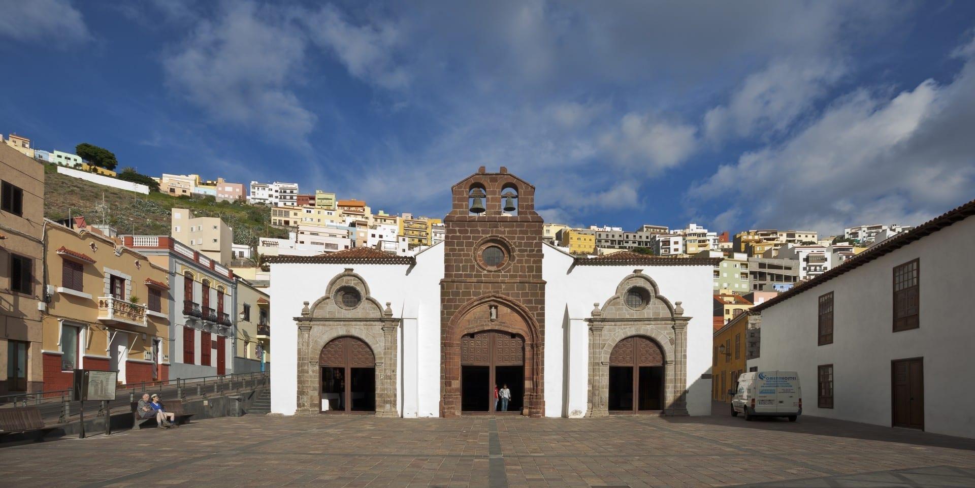Vista de la fachada de la Iglesia de Nuestra Señora de la Asunción y del pueblo de San Sebastián de la Gomera La Gomera España