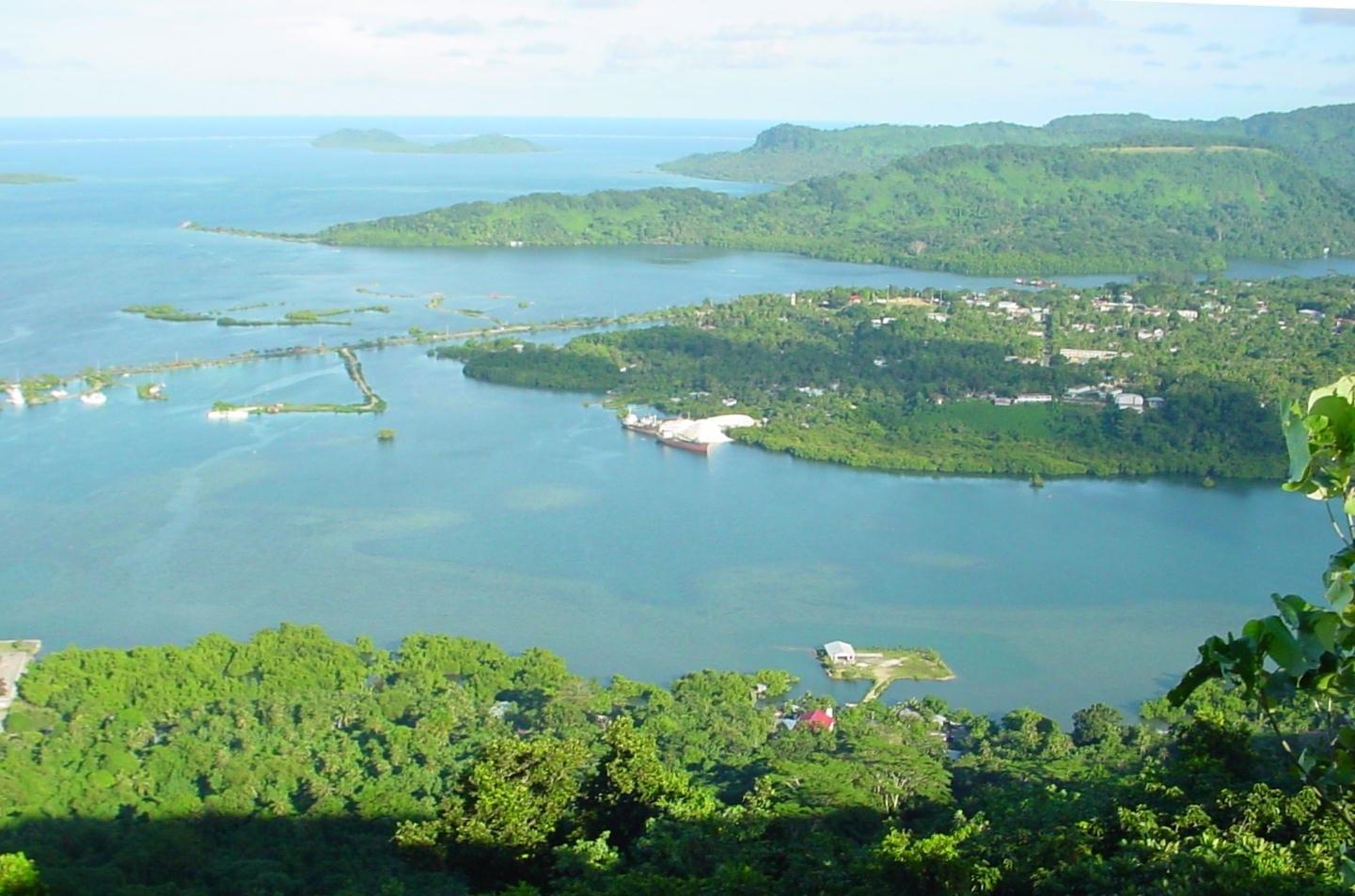 Vista del aeropuerto y de Kolonia desde la cresta de Sokehs Pohnpei Micronesia