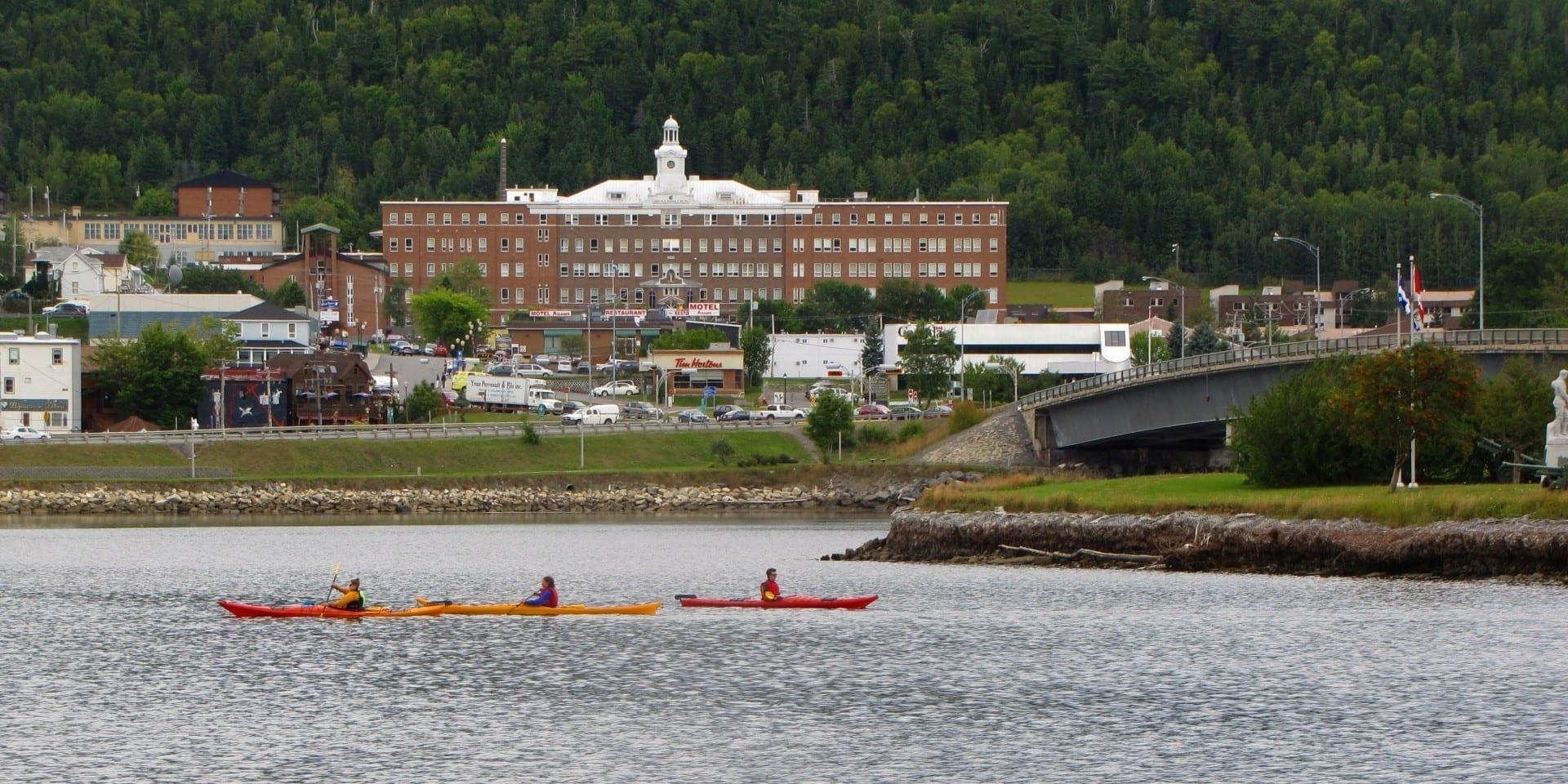 Vista del centro de la ciudad de Gaspé desde el otro lado de la bahía. Gaspé Canadá