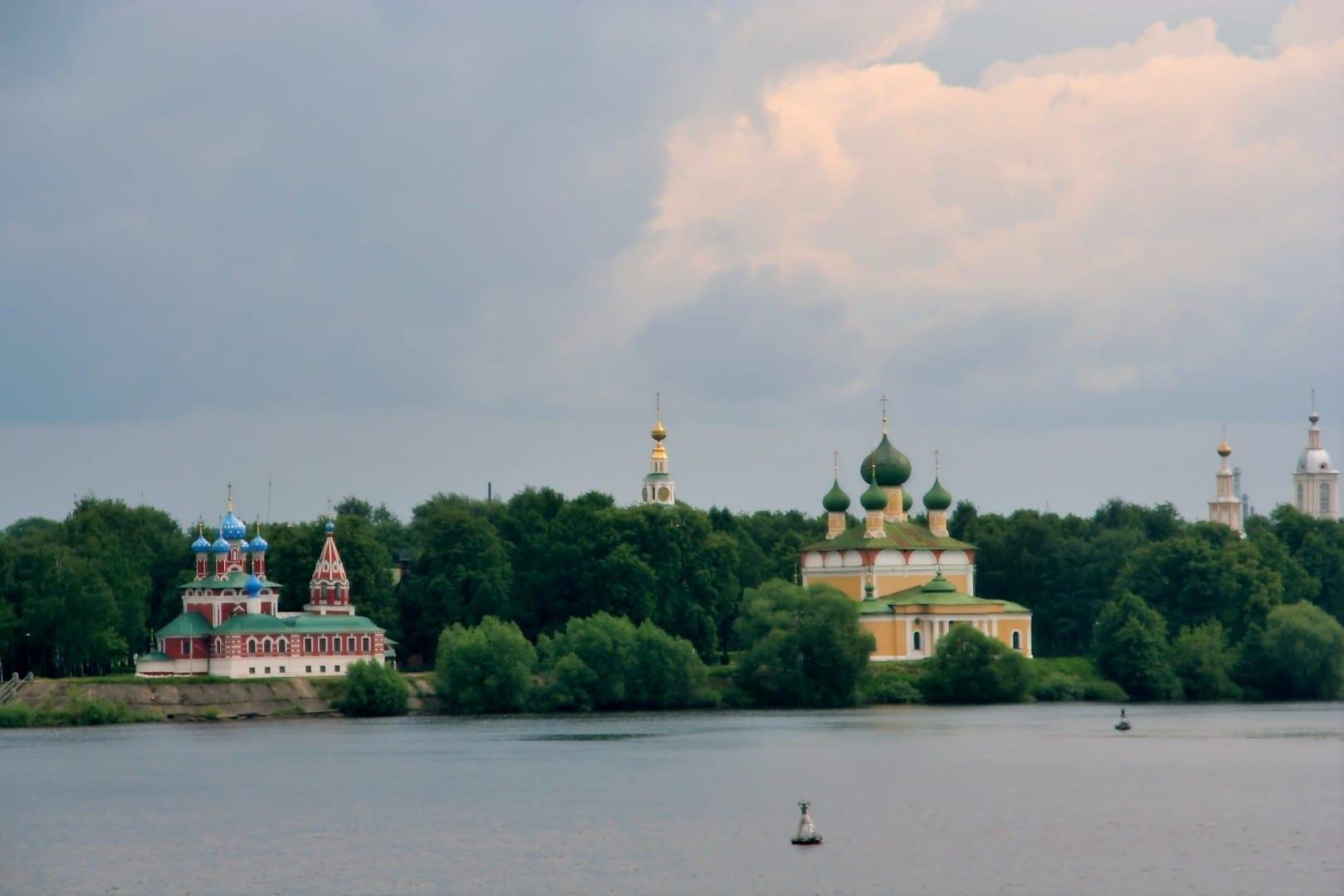 Vista del kremlin de Uglich desde el río Volga Úglich Rusia