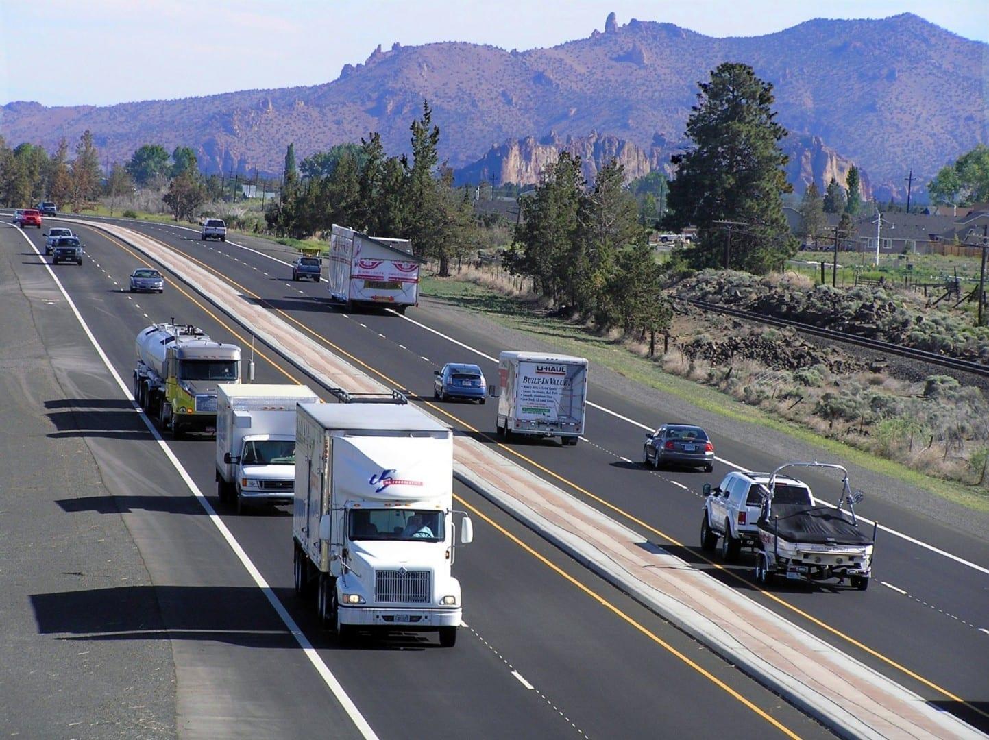 Vista del Parque Estatal Smith Rock desde la autopista 97 en Redmond Redmond OR Estados Unidos