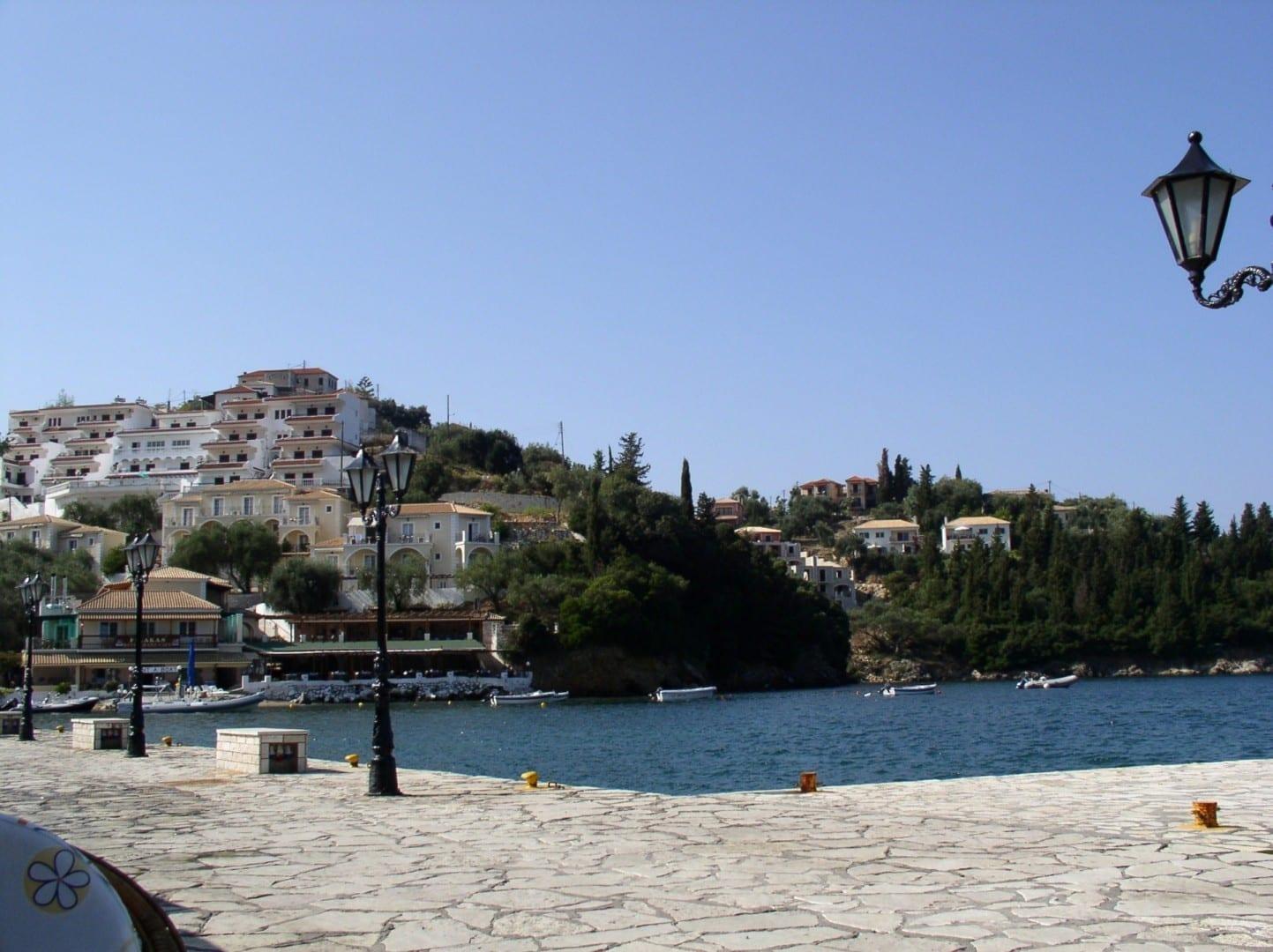Vista del puerto de Syvota mirando al sur desde el extremo norte del puerto. Los restaurantes y cafés están a lo largo del frente del puerto (justo a la izquierda de Sivota Grecia
