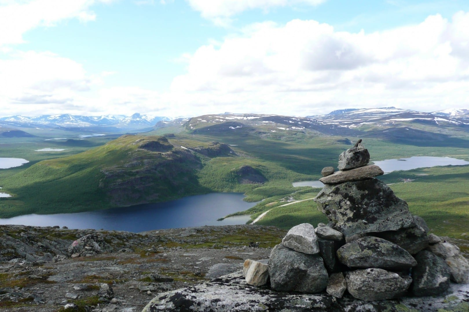 Vista desde Saana. Los declives inferiores están en la reserva natural de Malla, cerca del tripoint. Las colinas suecas y noruegas al fondo. Kilpisjärvi Finlandia