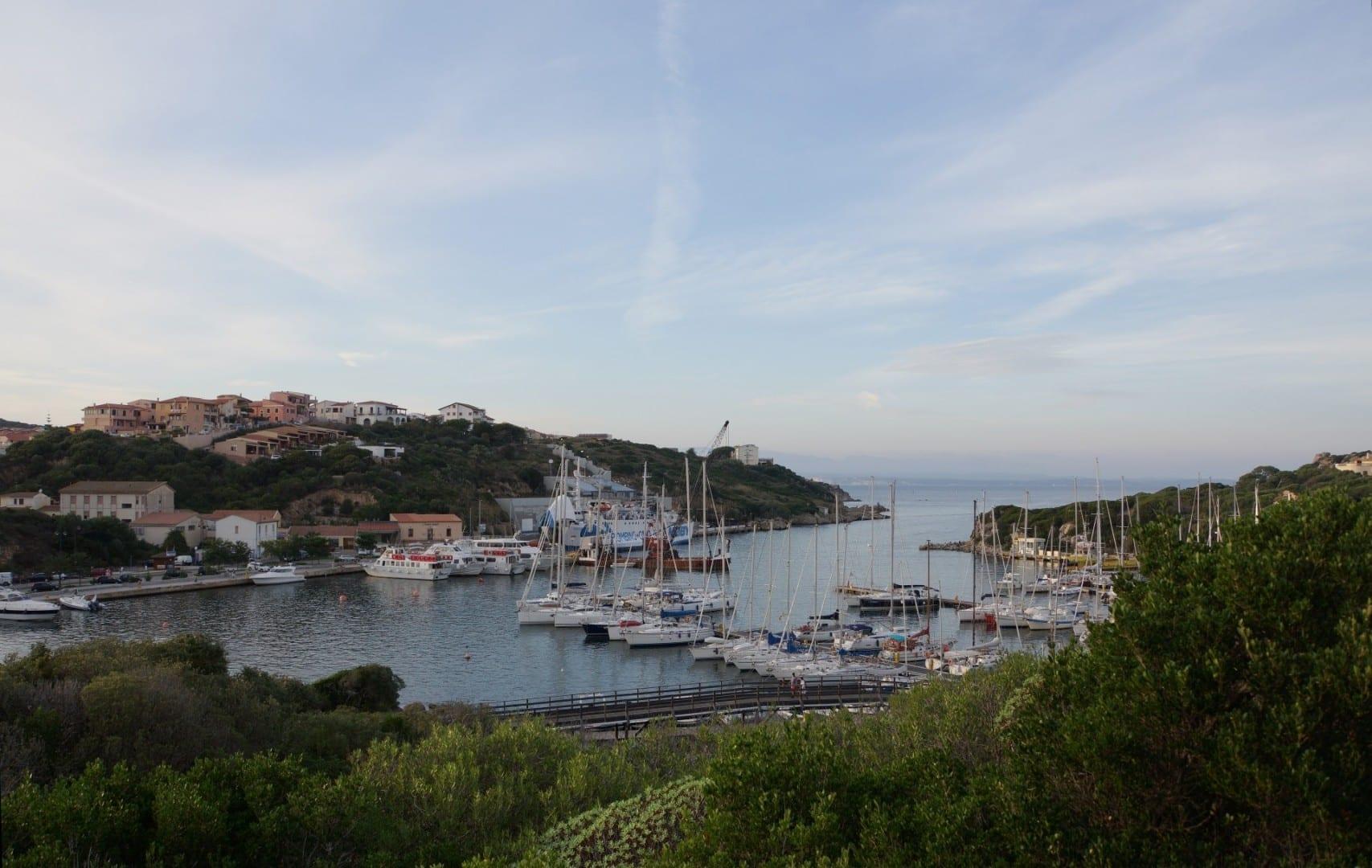 Vista sobre el puerto Santa teresa di gallura Italia