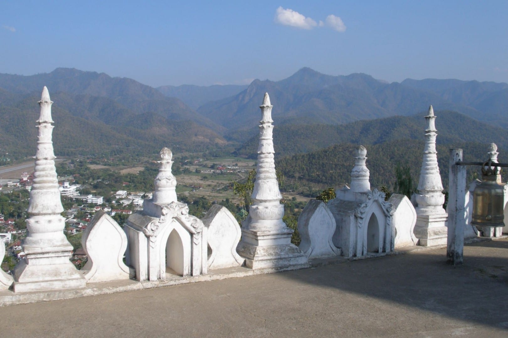 Vista sobre el valle de Mae Hong Son desde Wat Phra That Doi Kong Mu Mae Hong Son Tailandia